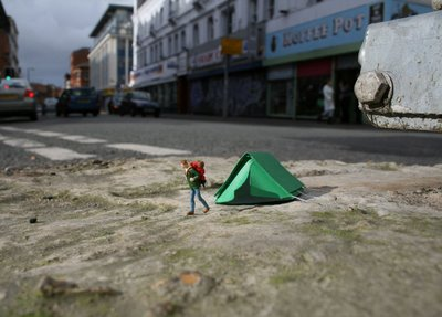 little-people-tiny-street-art-project-by-slinkachu